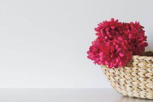 Sztuczne kwiaty w doniczce jak żywe! Jakie wybrać, by wyglądały efektownie?